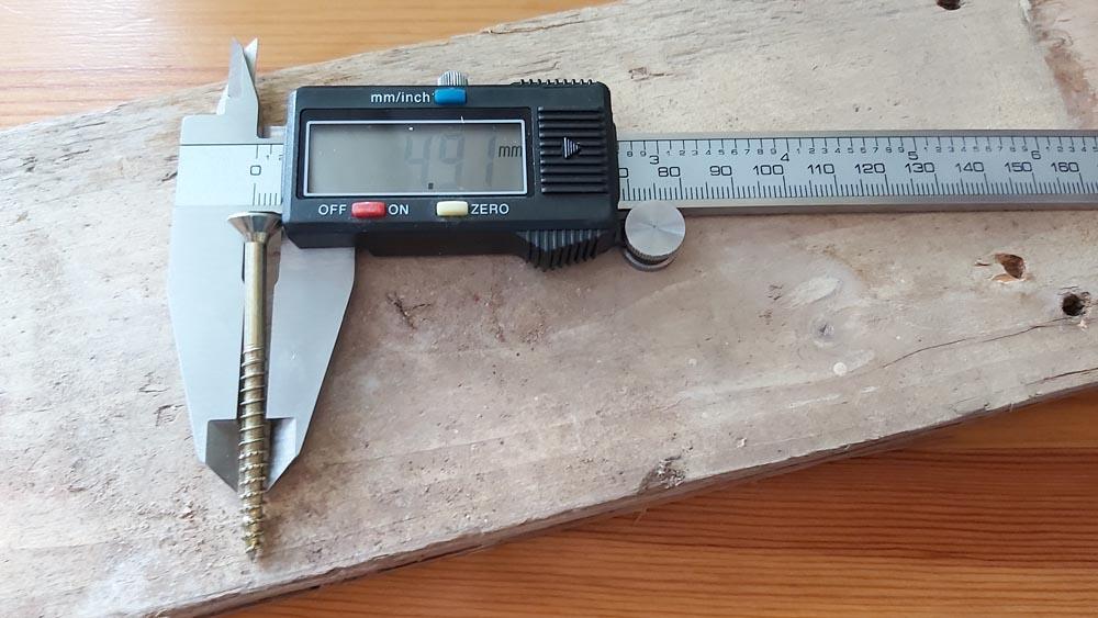 measuring a wood screw diameter
